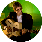 Gitarrenlehrer Michael Huber mit Gitarre