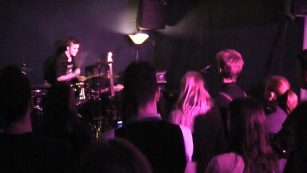Lars Feser gibt ein Schlagzeugsolo beim Vorweihnachtsfestival in der Frankfurter Musikschule Bandschmiede