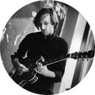 Gitarrenlehrer der Bandschmiede Tomek Witiak im Proberaum